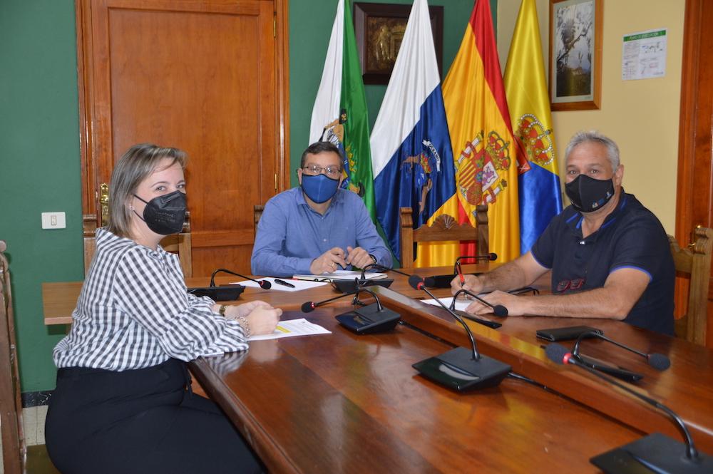 Alcalde y concejala de comercio reunidos en el salón de plenos con el presidente de la asociación de empresarios