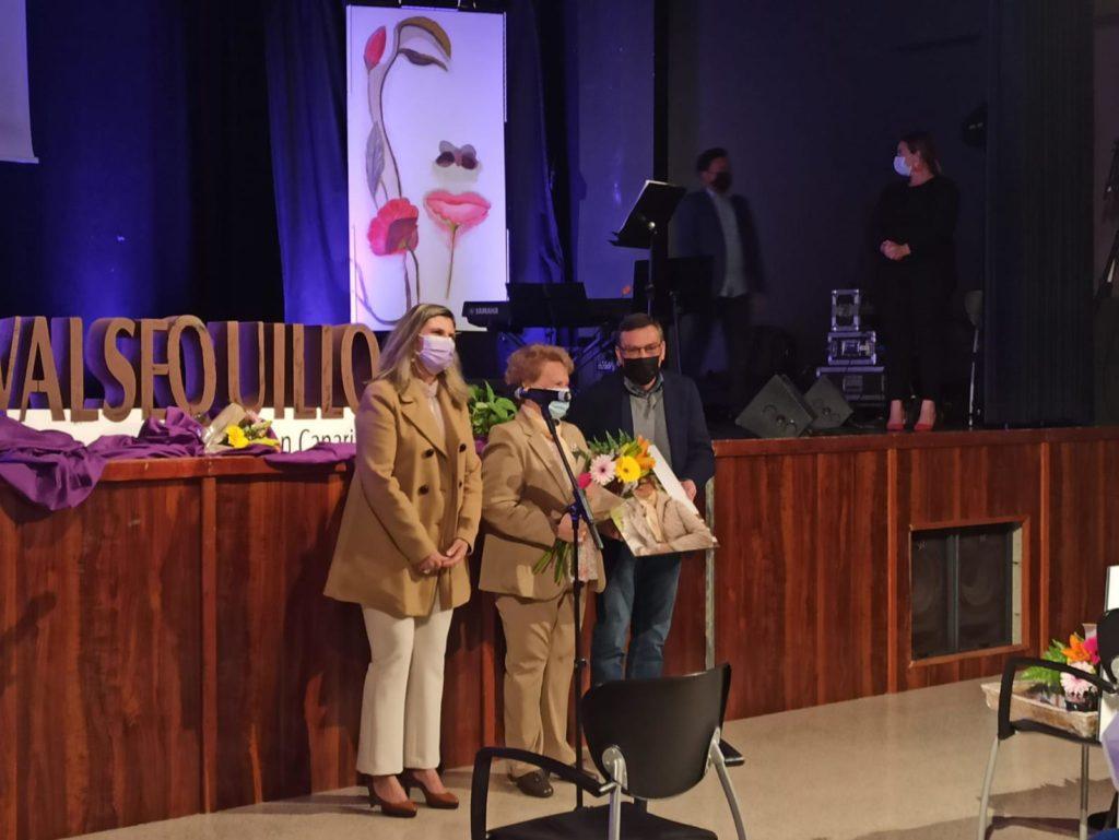 La concejala y el alcalde junto a homenajeada