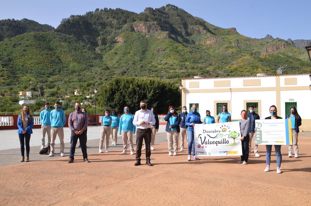 panorámica de la casa del senderista de Era de Mota con los integrantes del PFAE y el Alcalde