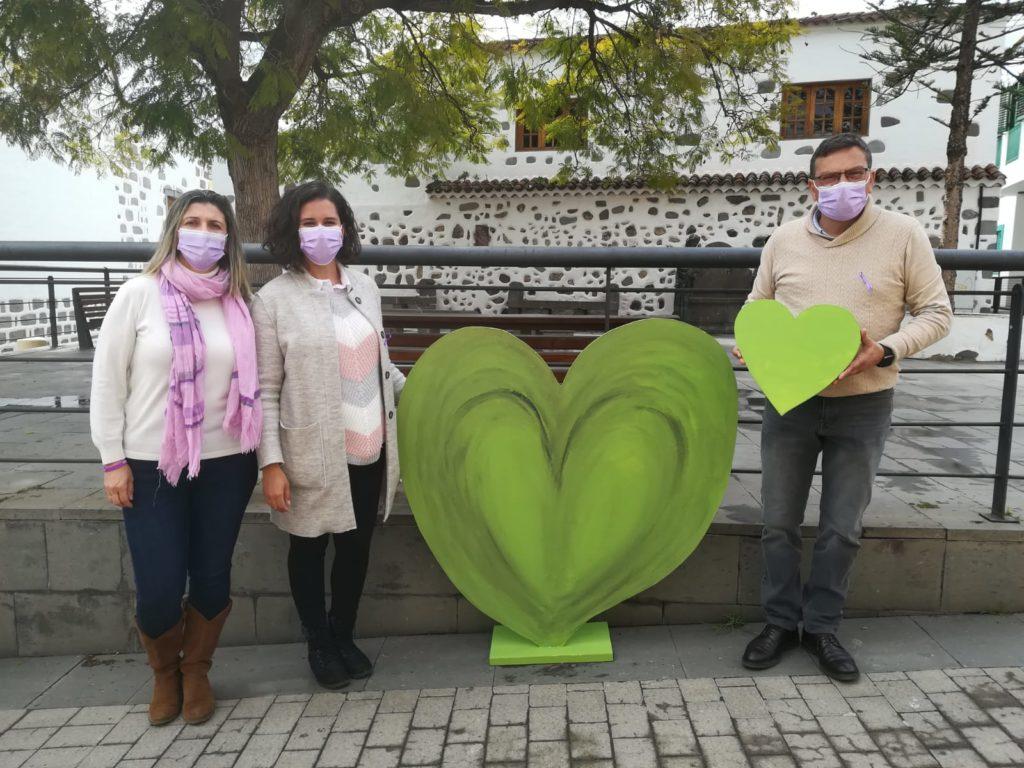 Alcalde y concejalas posan junto a corazón verde