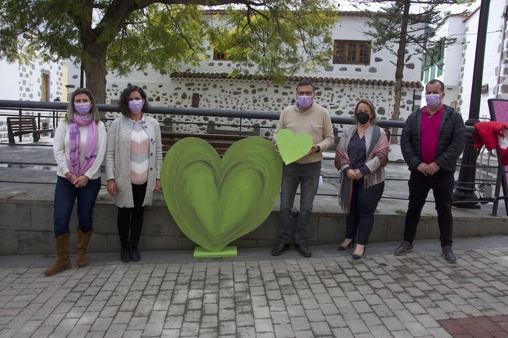 Alcalde y concejales posan junto a corazón verde