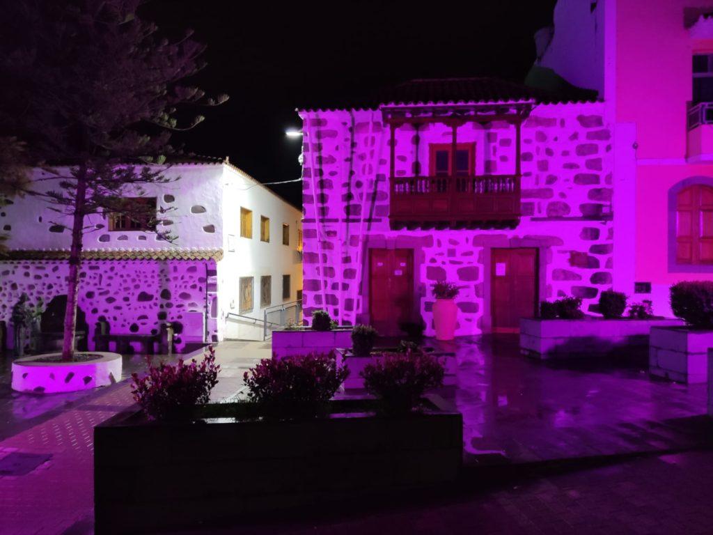 Fachada del Ayuntamiento iluminada con el color de igualdad