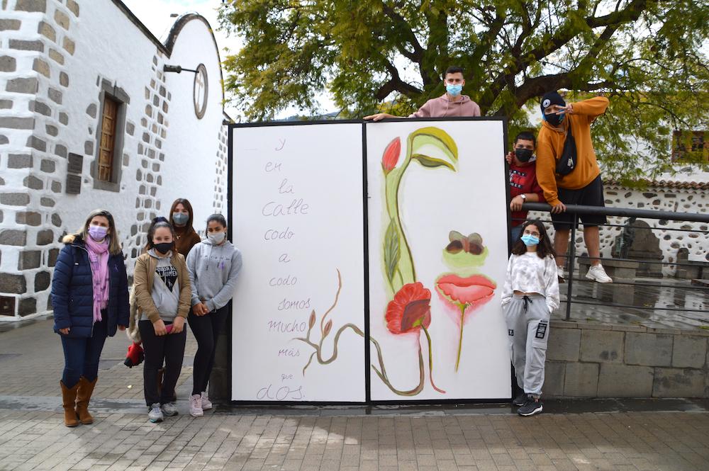 jóvenes posan junto a photocall