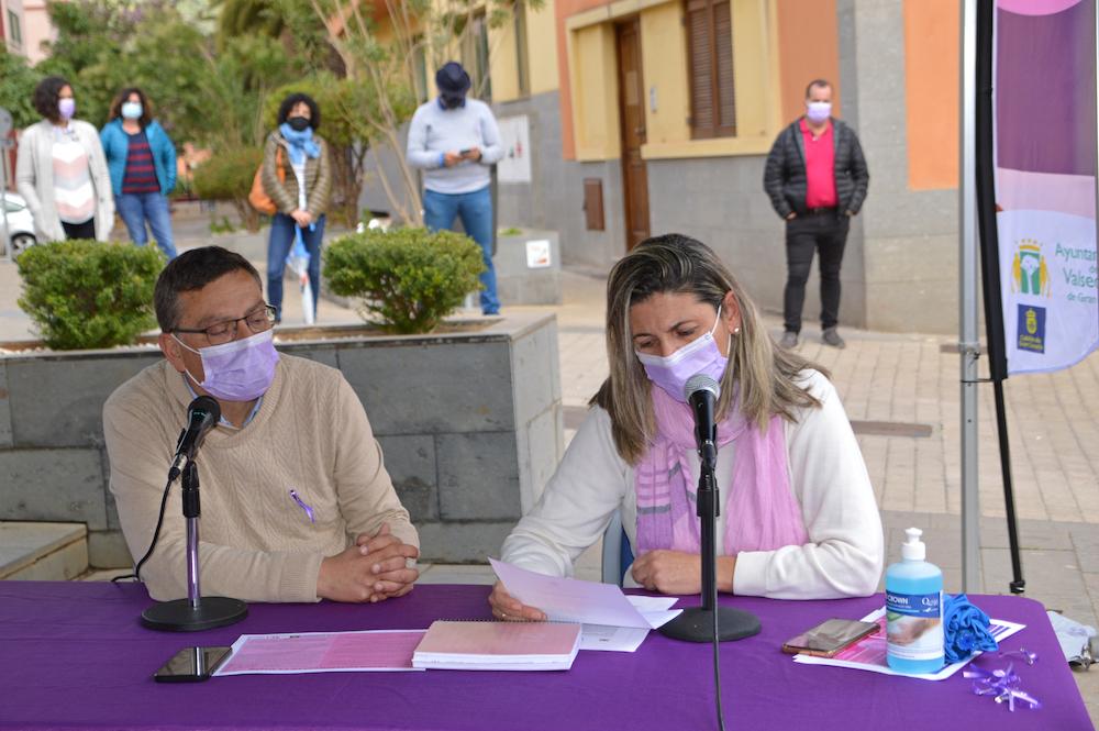 Alcalde y concejala delante lo los micrófonos de Radio Valsequillo