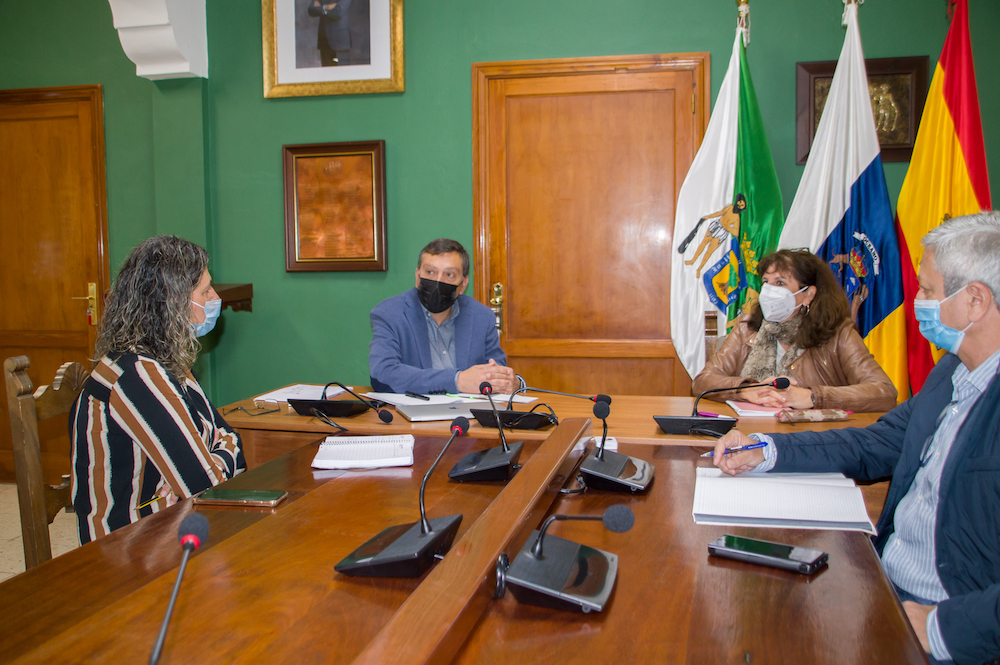 Alcalde, concejala y la consejera reunidos en el salón de plenos