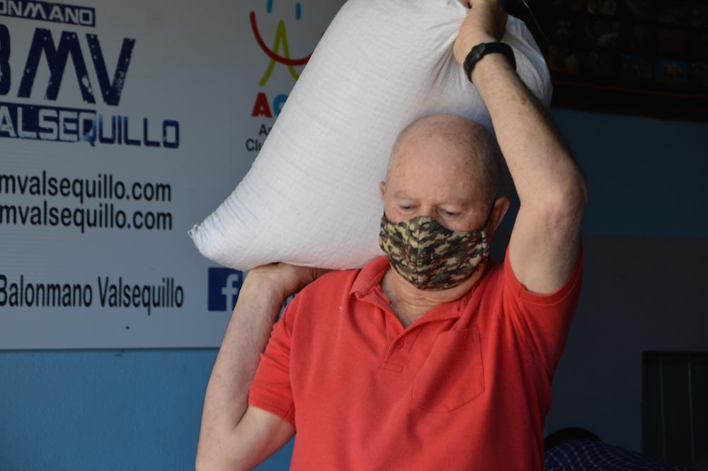 Agricultor carga saco con semillas