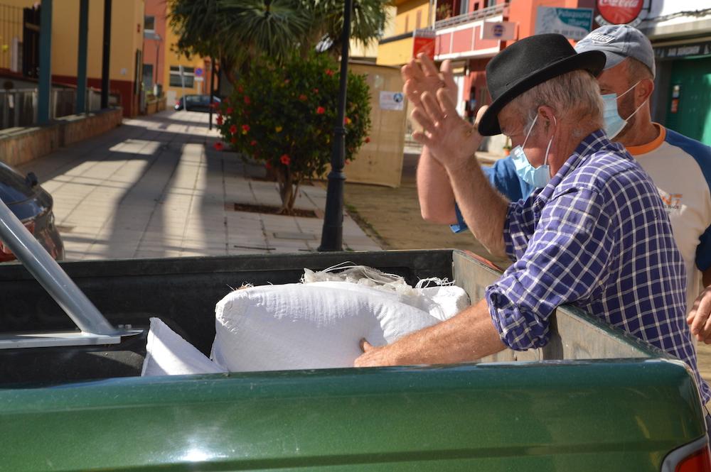 Momento de la carga de sacos de semillas en vehículo