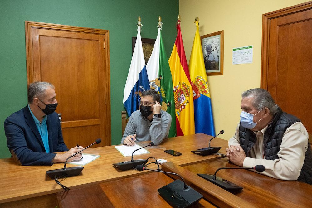 Consejero, alcalde y concejal en un momento de la reunión sentados en el salón de plenos