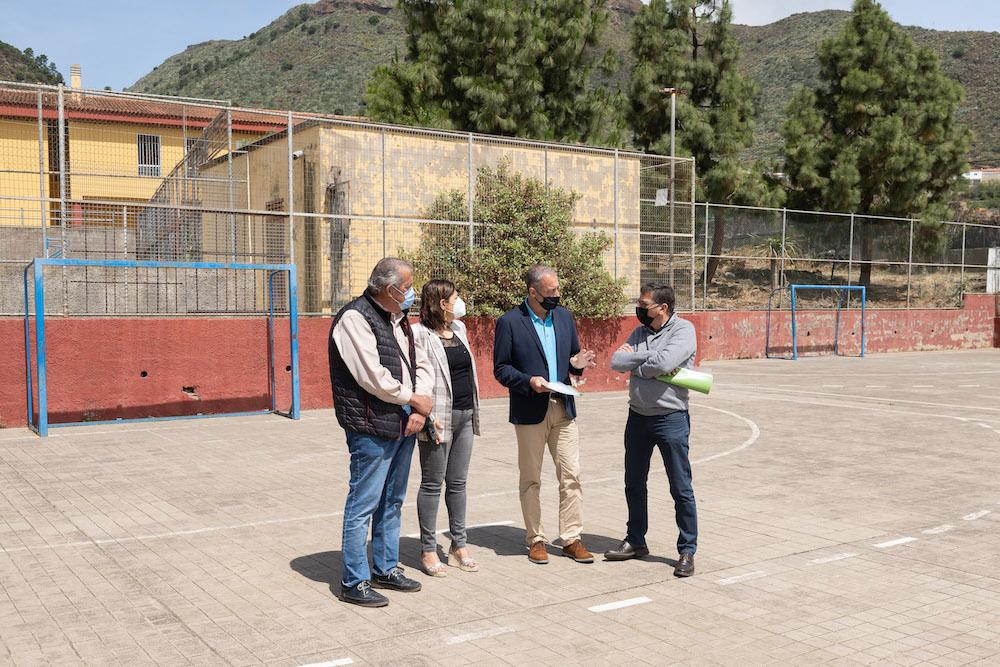Alcalde, concejal y consejero conversan con la directora del colegio en la cancha deportiva actual