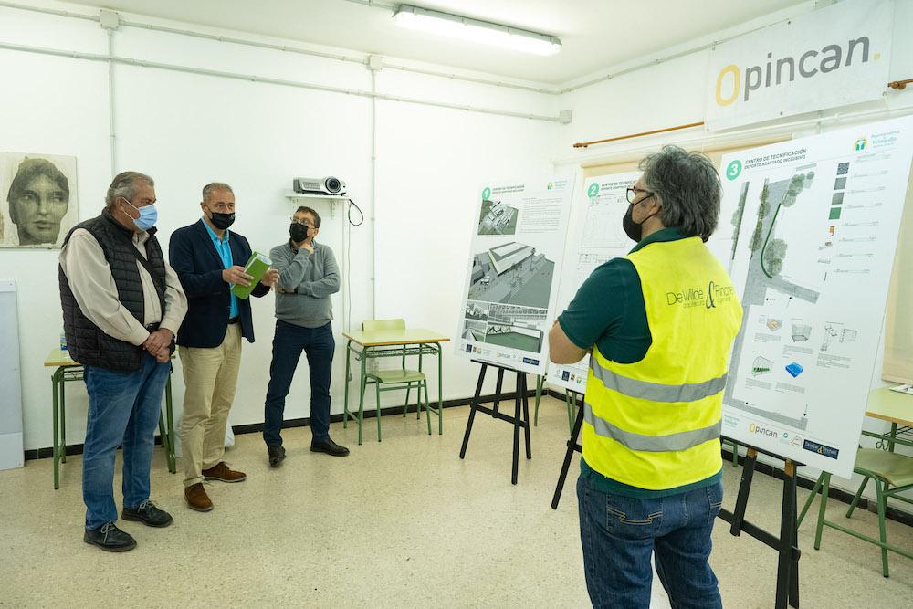 Técnico explica la obra al Consejero junto al Alcalde y Concejal