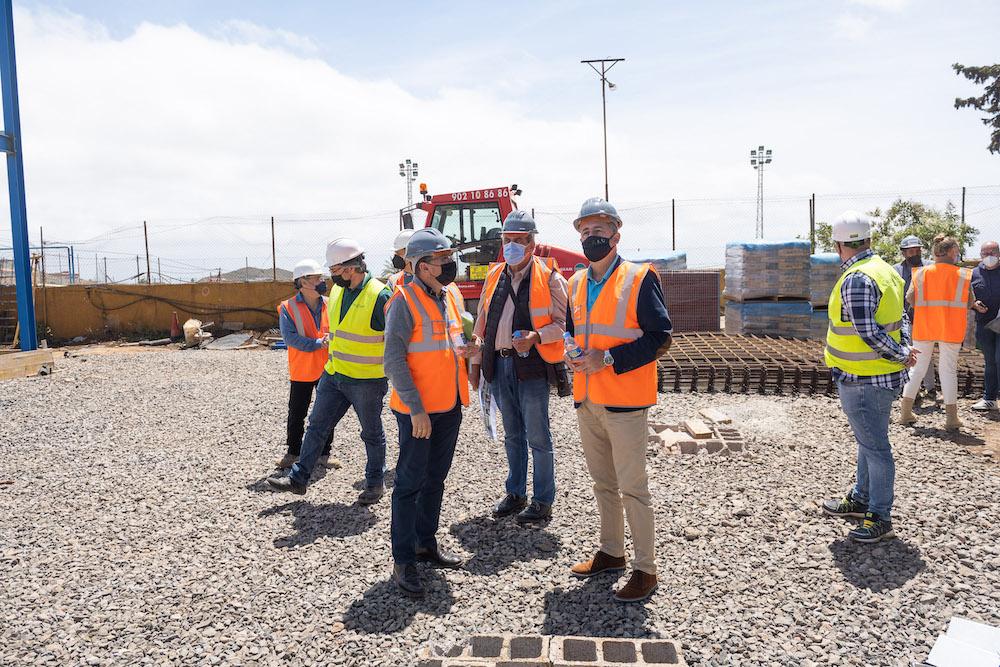 Alcalde, concejal y consejero observan el avance de las obras