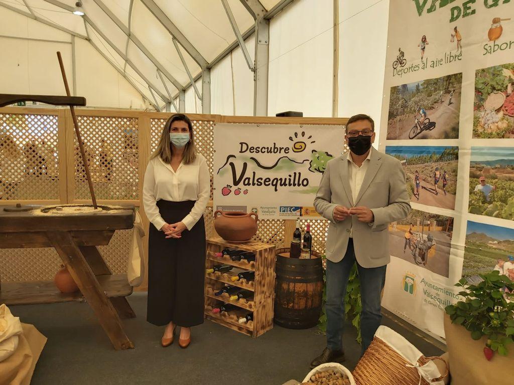 Alcalde y concejala posan en el stand de Valsequillo