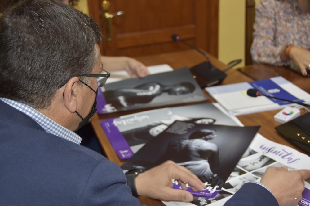 El Alcalde observa el material gráfico