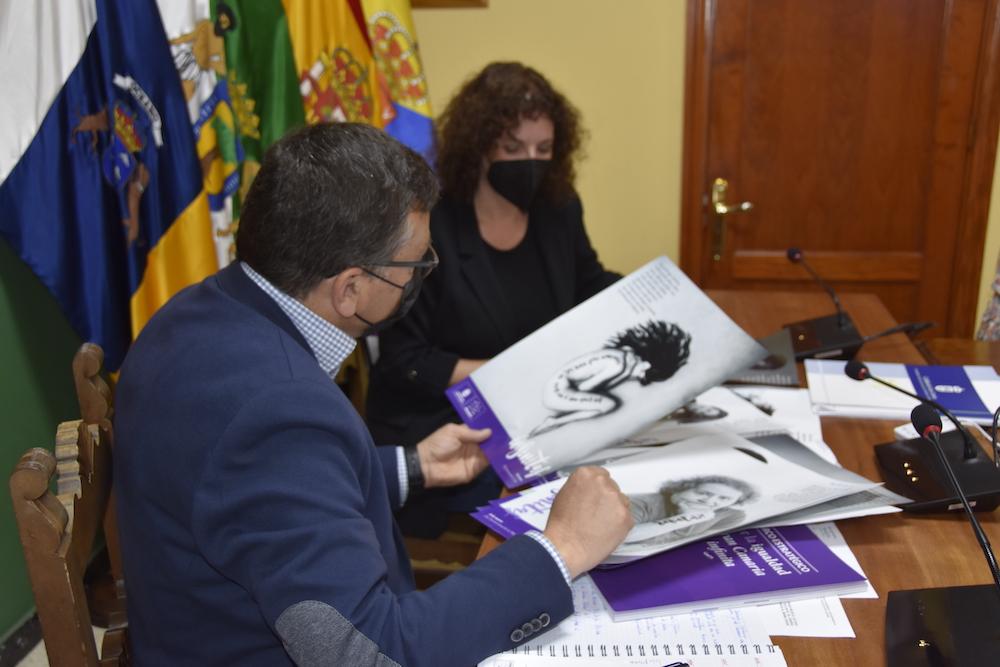 Alcalde y consejera observan el material gráfico