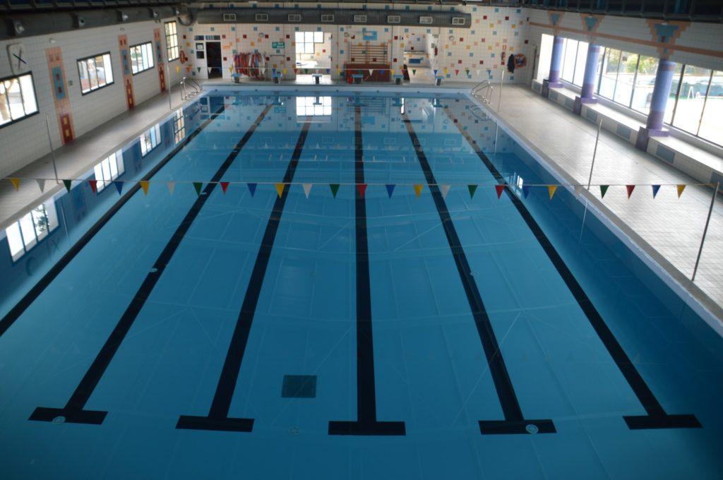 vista panorámica de la piscina interior del complejo deportivo