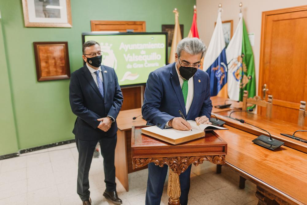 Román Rodríguez firma en el libro de honor mientras el Alcalde lo observa en el salón de plenos