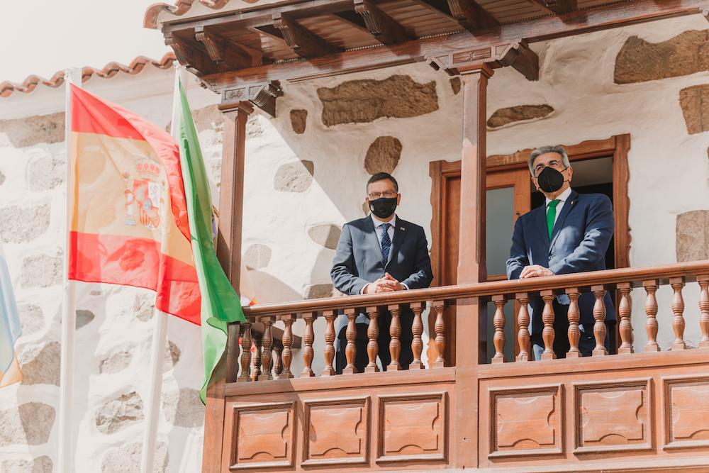 El Alcalde y el consejero posan en el balcón del Ayuntamiento