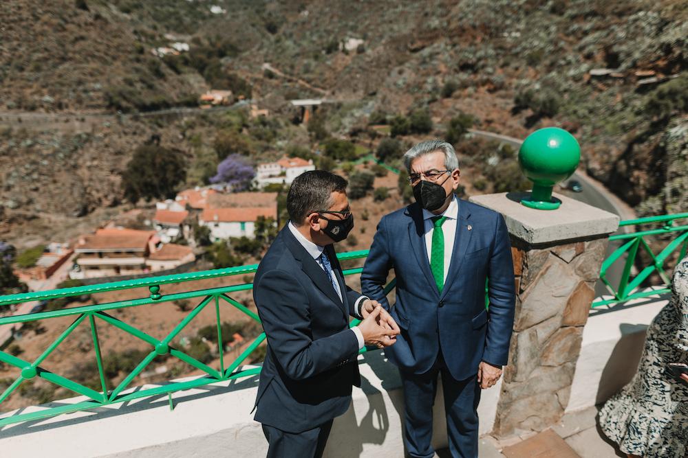 El Alcalde y Consejero conversan en el mirador de la calle El Sol