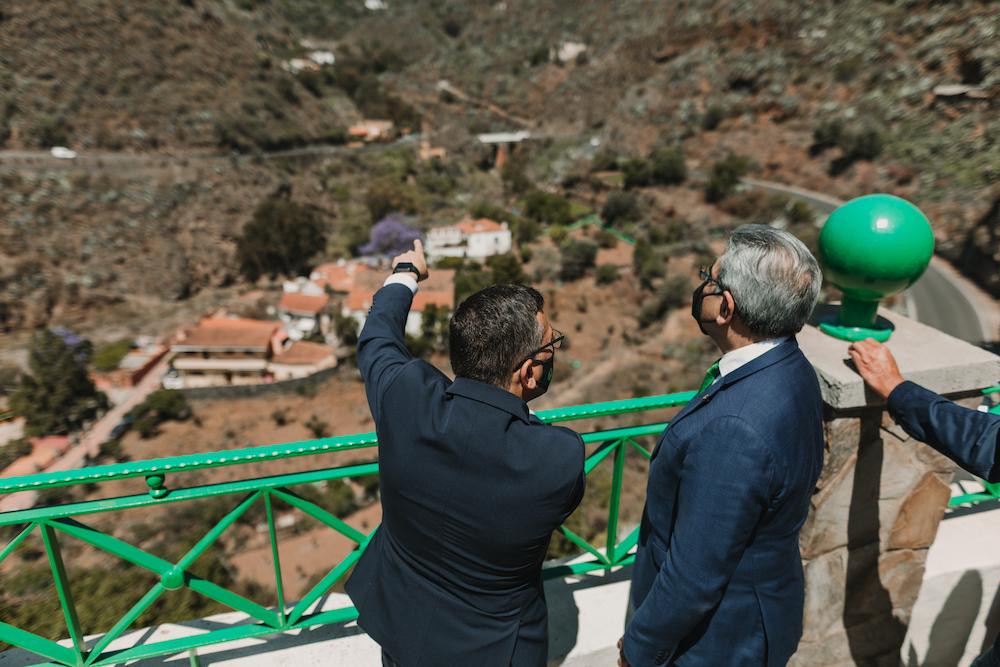El Alcalde y Consejero observan las vistas del barranco de San Miguel desde el mirador de la Calle El Sol