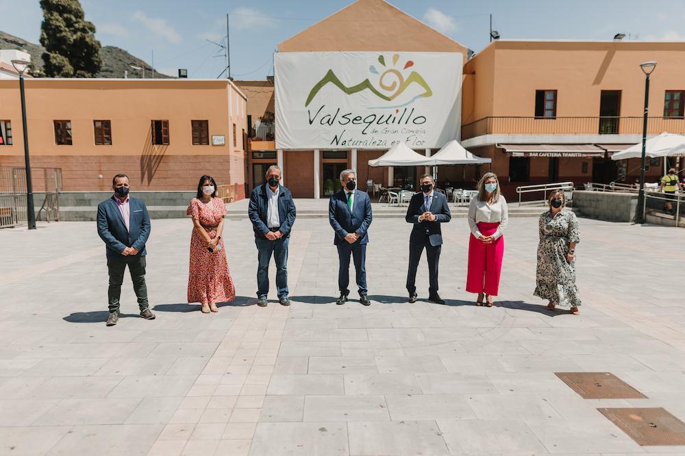 El grupo de gobierno posa con el Consjero en la Plaza de Tifariti