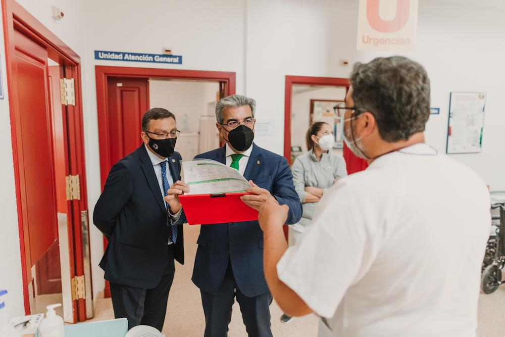 El Alcalde y el consejero de Hacienda del Gobierno de Canarias departe con personal del Centro de Salud de Valsequillo