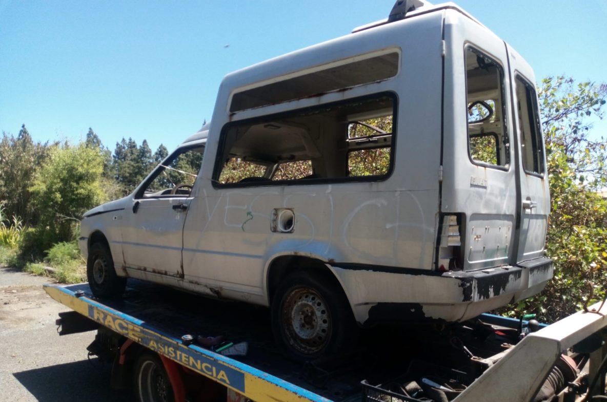 Grua se lleva un coche abandonado