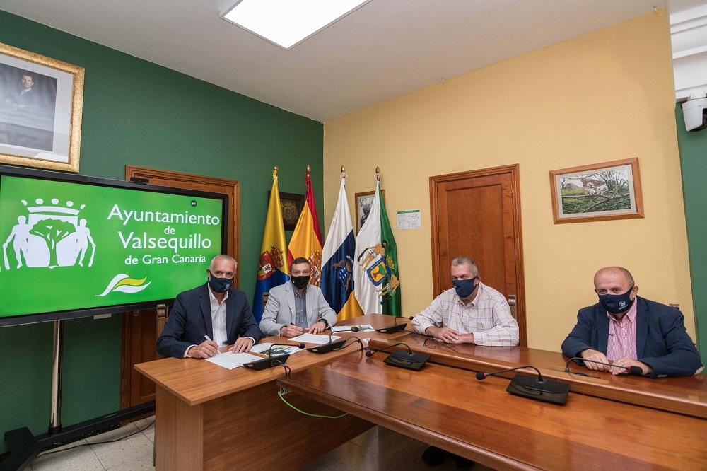 Firma del convenio en el salón de plenos. Alcalde, concejal de deporte y representantes del rally