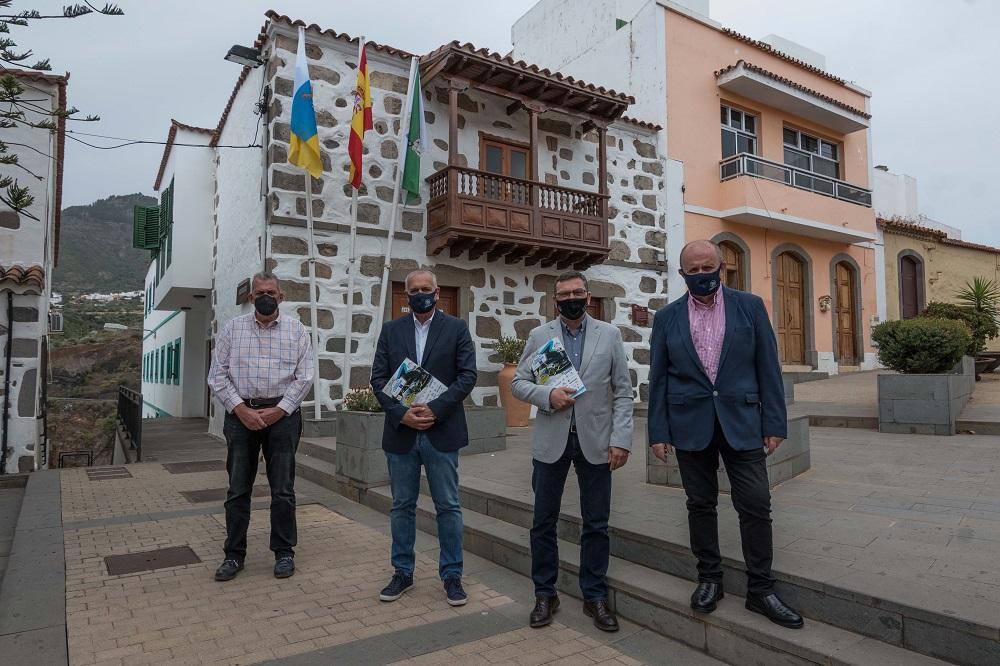 Alcalde, concejal de deporte y representantes del rally posan delante del Ayuntamiento