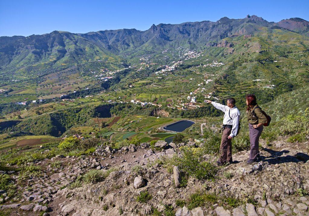 Foto de la caldera de Tenteniguada con un senderista señalando el paisaje