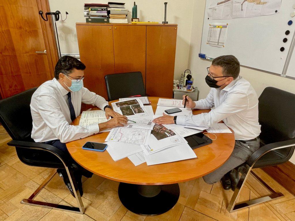Alcalde y consejero tratan asuntos en mesa de reuniones